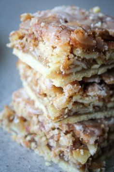 Almond Coconut Dream Bars are three layers of cookie bliss. A cookie crust with a gooey layer with a light crunch of sliced almonds then drizzled with icing Dessert Dips, Köstliche Desserts, Delicious Desserts, Dessert Recipes, Food Deserts, Healthy Desserts, Slow Cooker Desserts, Coconut Recipes, Fudge Recipes
