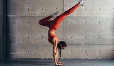 Young Fit Woman Doing Handstand Exercise Yoga Fitness, Yoga Gym, Fitness Diet, Health Fitness, Race Training, Cross Training, Yin Yoga, High Functioning Anxiety, Yoga Video