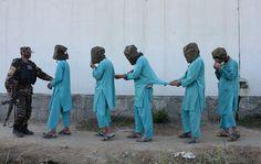 Sospechosos de pertenecer al Estado Islámico son conducidos a una rueda de prensa en Jalalabad (Afganistán), el 6 de diciembre de 2016.