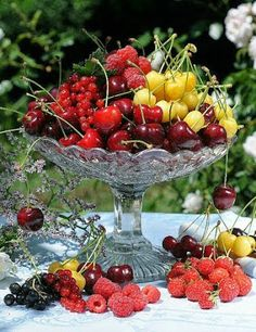 via just lovely Fruit Love, Fresh Fruit, Non Floral Centerpieces, Cherry Cupcakes, Beautiful Fruits, Holiday Appetizers, Greens Recipe, Deco Table, Confectionery