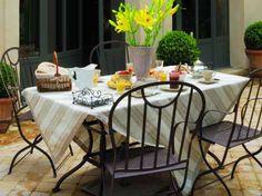 Table d'extérieur / Outdoor table : www.maison-deco.com/reportages/reportages-maisons/Une-belle-demeure-du-XIXe-siecle