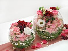 Tischdekoration Rosa, Rot und Weiß Tischdekoration mit rosafarbenen, roten und weißen Rosen und kleinen Perlen in einer Kugelvase |Foto: Deko & Design