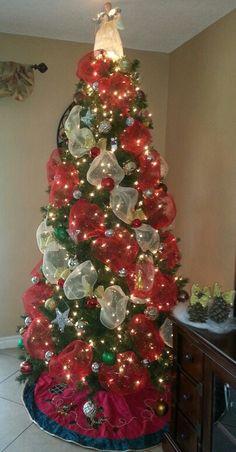 Christmas Tree Decorations Ribbon, Pretty Christmas Trees, Beautiful Christmas Decorations, Ribbon On Christmas Tree, Christmas Tree Themes, Christmas Tree Toppers, Christmas Crafts, Christmas 2015, Holidays