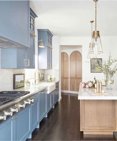 """Kitchens of Instagram posted on Instagram: """"The details in this kitchen are so stunning we can't get ENOUGH! @lisafurtadointeriors killed this…"""" • See all of @kitchens_of_insta's photos and videos on their profile. Hgtv Kitchens, Cool Kitchens, Old Kitchen, Kitchen Dining, Kitchen Ideas, Kitchen Kit, Kitchen Reno, Country Kitchen, Dining Room"""