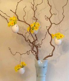 Albero di Pasqua con uova trasformate in portafiori