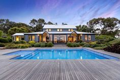 A Modern Farmhouse in Australia This countryside home sits on an cattle farm in Merricks, a locality on the southern coast Farmhouse Architecture, Modern Farmhouse Exterior, Farmhouse Plans, Australian Farm, Australian Homes, Acerage Homes, Moderne Pools, Modern Country, Modern House Design