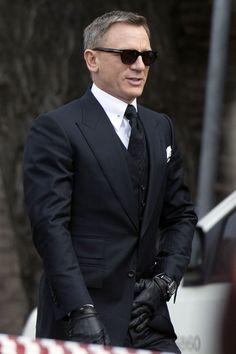 'Spectre' Style Roundup: Is James Bond Still Dressed to Kill? Daniel Craig as James Bond in Spectre Style James Bond, James Bond Suit, Bond Suits, James Bond Movies, Daniel Craig James Bond, Gentleman Mode, Gentleman Style, Mode Masculine, Costume James Bond