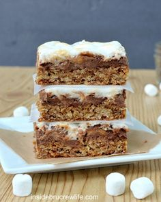 Oatmeal S'mores Bars | Inside BruCrew Life - oatmeal cookie bars topped with chocolate chips, mini marshmallows, and Reese's peanut butter cups #smores #reeses #oatmealcookies