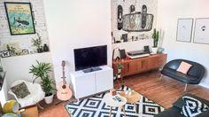 Séjour avec meuble 3 suisses ancienne collection, tapis ikat Ikea, Buffet bas retro et vintage Chiné. www.hemoon.fr