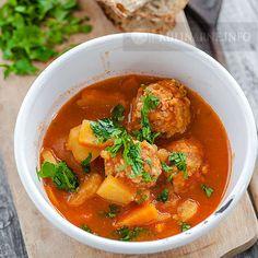 Bardzo smaczne sycące danie, doskonałe na chłodne dni. Zupa marokańska jest wyjątkowa, odrobina cynamonu zapewnia niecodzienne doznania smakowe. Składniki (4 porcje) 500 g mięsa mielonego 1 cebula 2 ząbki czosnku 1 łyżeczka cynamonu 4 ziemniaki 1 duża marchew 2 l bulionu natka pietruszki 3 łyżeczki koncentratu