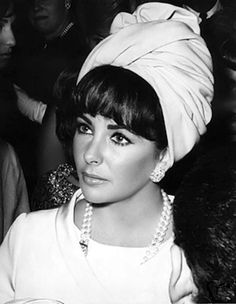 Elizabeth Taylor, bangs and turban. Photographed by Cecil Beaton Hollywood Icons, Old Hollywood Glamour, Golden Age Of Hollywood, Classic Hollywood, Divas, Carolina Herrera, Most Beautiful Women, Beautiful People, Violet Eyes