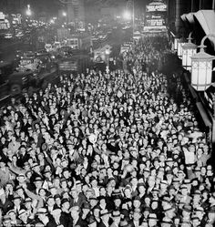 http://www.vintag.es/search/label/1930s?updated-max=2014-07-31T11:05:00-07:00 Crowds fill Times Square in New York after hearing that prohibition had come to an end