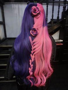 Penteado com o cabelo roxo e rosa.