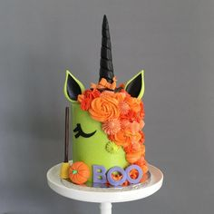 Love this Halloween inspired unicorn cake 🎃🦄 credit: Halloween Desserts, Gateau Theme Halloween, Halloween Torte, Pasteles Halloween, Halloween Cupcakes, Halloween Treats, Halloween Birthday Cakes, Halloween Cake Decorations, Halloween Fondant Cake
