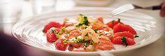 Gezonde, Aziatische zalmschotel op smaak gebracht met citroen, wasabi en sesam. Wordt koud geserveerd.