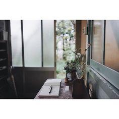 . 窓を開けたら  風が入ってくる  あの感じを  憶えてる  それはこの部屋に流れている  空気とは違う  新しいもの  その風だけで  わたし  100編の詩が  書けそうよ  #月森文100 #12ヶ月の詩12ヶ月の匂い by tsukimorifumi