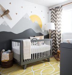 babyzimmer-einrichten-tipps-graues-babybett-wanddeko-berge