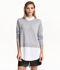 Gray melange. CONSCIOUS. Long-sleeved sweater in a soft, fine knit with wool content. Collar and extended hem in woven fabric with pearlescent buttons.