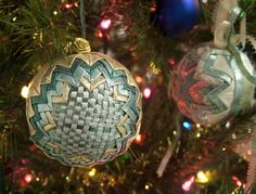 Temari Balls: folded fabric ornament for any occasion, just change the fabric Folded Fabric Ornaments, Quilted Christmas Ornaments, Beaded Ornaments, Handmade Christmas, Christmas Bulbs, Christmas Crafts, Ball Ornaments, Christmas 2016, Christmas Patchwork