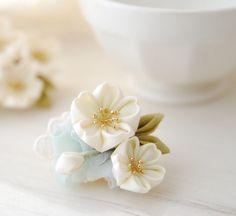つまみ細工で制作した桜のミニブローチです。金具は便利な2Wayタイプ。襟元や、髪飾りにさりげなく付ける事が出来ます。金具は便利な2WAYクリップブローチを付け...