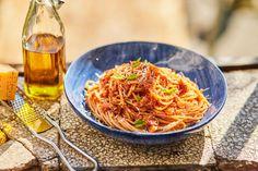 Most megmutatjuk, hogyan csinálhatjátok meg a világ egyik legegyszerűbb tésztáját, a tonhalas pastát. Kevés hozzávaló kell hozzá, nagyon egyszerű és isteni finom! :D Tonhal imádóknak kötelező! :P Seafood Recipes, Pasta Recipes, Japchae, Steak, Spaghetti, Food And Drink, Lunch, Cooking, Ethnic Recipes
