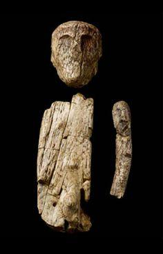 """dolni vestonice - fragments de statuette en ivoire de mammouth, présentés comme des éléments d'une """"marionnette"""" primitive"""