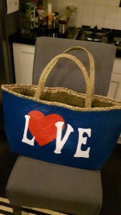 Blauwe rieten tas met rood hart en witte letters LOVE