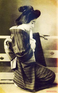 Geisha biting her tenugui hand towel, 1920s. Taishō Period (1912-1926) 花龍