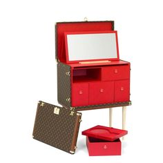 Could this be the ultimate @LouisVuitton makeup trunk? Curated by Olivier Saillard, director of the Musee Gailliera in Paris, the Volez, Voguez, Voyagez Louis Vuitton exhibition in Tokyo until June 19th has unearthed this iconic Kabuki makeup trunk #LouisVuitton #volezvoguezvoyagez #exhibition #tokyo #iconic #design #kabuki #makeup #trunk #LV #monogram
