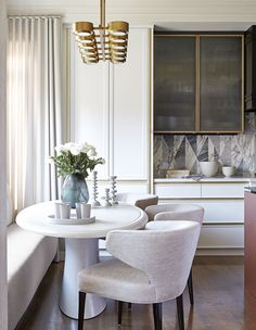 Taupe kitchen white and gold black vein marble window bench round modern table style home glam Coin Banquette, Kitchen Banquette, Banquette Seating, Dining Nook, Kitchen Nook, Dining Room Design, Home Decor Kitchen, Design Kitchen, Kitchen Dining