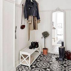 HALL: Underbar hall med klinkergolv i svart och vit stormönstrad marrakechdesign. Läcker kontrast till den vitmålade höga bröstpanelen och den vita gamla vintagespegeln med vackra detaljer. Ha en mysig kväll! Repost @stadshem