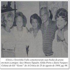 """Clóvis e Terezinha Valle comemoraram suas bodas de prata em meio a amigos: Iacy Moura Tapajós, Gilda Porto e Zaira Vasques. Coluna Gil """"Gente"""" do A Crítica de 25 de agosto de 1984"""