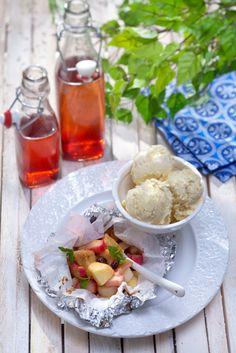 Voit valmistaa omena-raparperinyytit grillissä tai uunissa. Kanelilta tuoksuva jälkiruoka maistuu jäätelön kanssa.