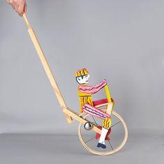o Ciclista é um brinquedo  tradicional em madeira, pintado à mão. Quando se empurra, o ciclista pedala e toca a campainha. Este ciclista percorre as feiras e festas populares, nas mãos das crianças e adultos, há mais de um século.