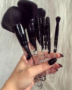Gloss Black Makeup Brushes All black liquid glitter makeup brushes for the glitter goths in us ✨ Make Up Kits, Glitter Makeup Looks, Cute Makeup, Clown Makeup, Makeup Items, Makeup Tools, Skin Makeup, Beauty Makeup, Makeup Geek
