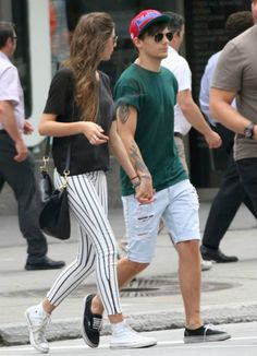 Louis Tomlinson Holds Hands with Eleanor Calder in Montreal: Photo Louis Tomlinson and his longtime girlfriend Eleanor Calder hold hands while shopping together on Wednesday (July in Montreal, Canada. The One Direction… Louis Tomlinson, High Top Converse Outfits, White Converse, Converse Sneakers, Casual Outfits, Eleanor Calder Style, Louis And Eleanor, Striped Jeans, Stripe Pants
