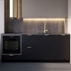 A stunning black kitchen with gold details. Home Decor Kitchen, Kitchen Furniture, Kitchen Interior, New Kitchen, Black Kitchens, Home Kitchens, Casa Milano, Kitchen Colour Schemes, Light In