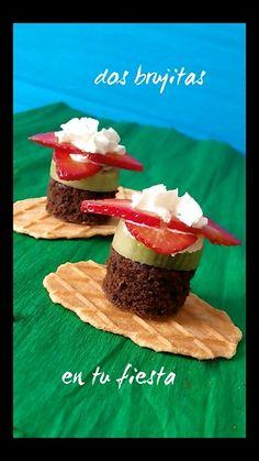 Flores de fruta. Fresas, kiwi, nata, brownie y galleta de gofre. Fiesta primavera. Fiesta tematica. Candy bar. Fruta y dulces.
