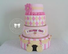 Bolo cenográfico de biscuit Tema Circo Rosa Bolo com 4 andares Faço outras cores, modelos e tamanhos Consulte prazo de entrega !