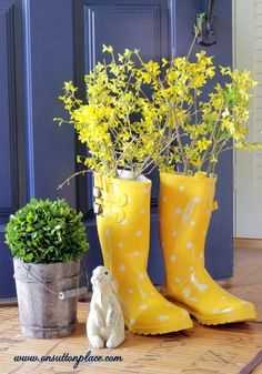 THIS is the color I want to paint my Door!! Rain Boot Vase ~ great tips to keep the boots standing straight!