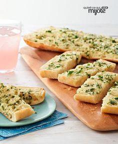 Pain à l'ail, au parmesan et au basilic : 1/4 tasse beurre ramolli, 1/2 tasse feuilles basilic frais bien tassées, finement hachées, 1/4 tasse parmesan râpé, 2 gousses d'ail, hachées. Préchauffer le four à 200 °. Mélanger tous les ingrédients. Couper dans la longueur 1 pain ciabatta (390 g), tartiner avec ce mélange. L'envelopper dans du papier d'aluminium. Cuire le pain au four 15 min jusqu'à ce qu'il soit bien chaud. Le déballer, le trancher et le servir chaud.