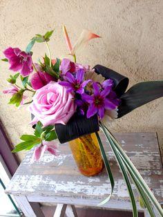 【感謝・お礼に、クリスマスローズとバラの小さな紫色のブーケ】