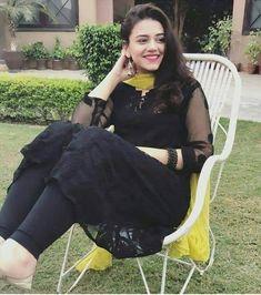 Dress Designs For Girls, Stylish Dresses For Girls, Wedding Dresses For Girls, Stylish Girl Pic, Simple Dresses, Girls Dresses, Simple Pakistani Dresses, Pakistani Fashion Casual, Pakistani Dress Design