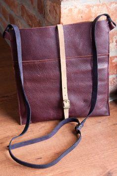 Płaska torebka z zamszowym paskiem. #brownleather #littlebag