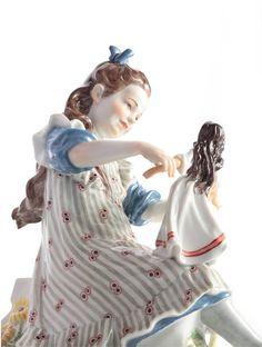 """Figur """"Mädchen mit Puppe und Blumenkorb"""", H 16 cm"""