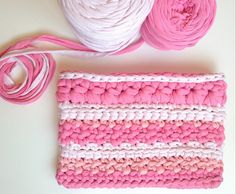 Crochet bag of tshirtyarn by Stars to things. Crochet Fabric, Fabric Yarn, Knit Crochet, Crochet Bags, Clutch Purse, Coin Purse, T Shirt Yarn, Handmade Bags, Chanel Boy Bag
