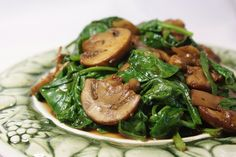 Mushrooms and Spinach Italian Style This recipe is a typical recipe of Southern Italy, specifically Apulia. Spinach and mushrooms are sauteed with onion, garlic, balsamic vinegar, and white wine. Spinach Recipes, Veggie Recipes, Vegetarian Recipes, Cooking Recipes, Spinach Salads, Sauteed Mushrooms And Spinach, Baby Spinach, Side Dish Recipes, Vegetarian Meals