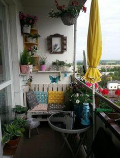 balkon-ideen-sofa-paletten-sitzkissen-blumen-regale You are in the right place about apartment patio Balcony Planters, Small Balcony Garden, Small Balcony Decor, Outdoor Balcony, Balcony Blinds, Balcony Railing, Balcony Ideas, Small Balconies, Balcony Gardening