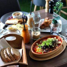 """692 kedvelés, 2 hozzászólás – Breakslow-Find Fast.Enjoy Slow (@breakslow_budapest) Instagram-hozzászólása: """"OMG😍 English breakfast shakshuka🥘 & camambert souffle 🧀 📍 @flatwhite_budapest 📸 @agiiiiii…"""""""