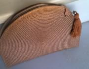 Original bolso-cartera de rafia coloreada con aplicación de borla.  Cierra con broche magn&ea...